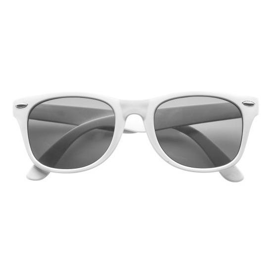 9a69445edd3dab Witte zonnebril met plastic montuur voor volwassenen. deze hippe zonnebril  heeft een wit montuur en